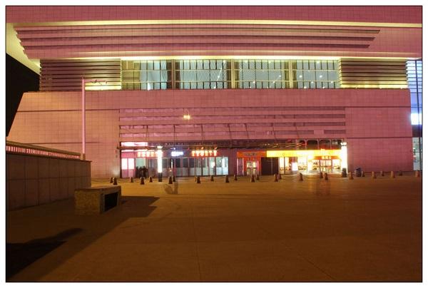 秦皇岛火车站广场左侧店铺